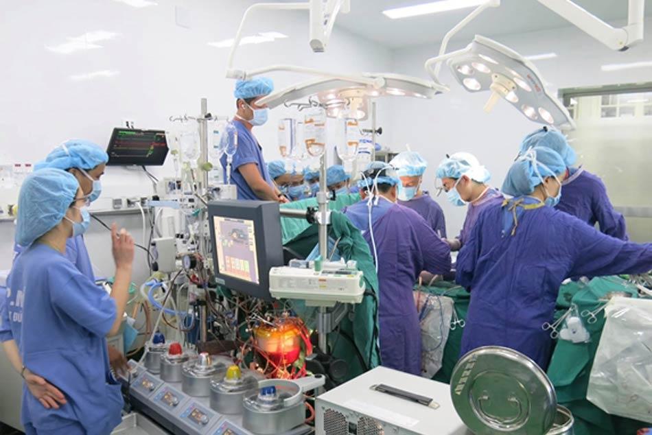 Các bác sĩ đang phẫu thuật ca phức tạp