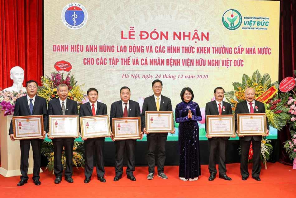 Bệnh viện hữu nghĩ Việt Đức cùng các y bác sĩ lên nhận thưởng