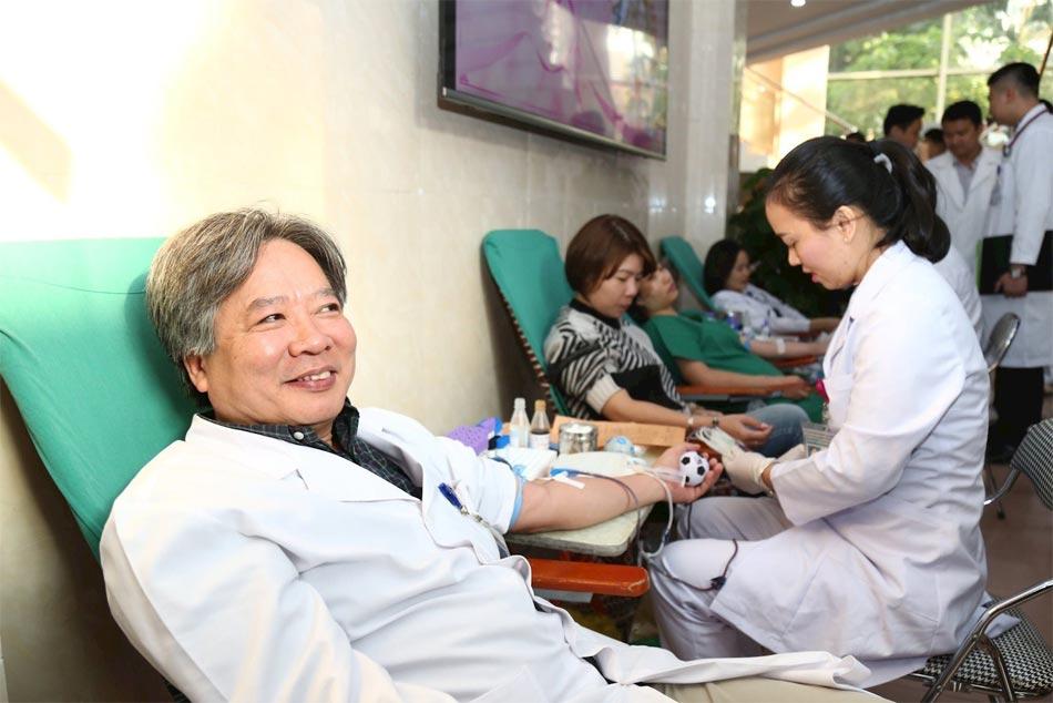 Tiến sĩ bệnh viện Việt Đức đi hiến máu nhân đạo