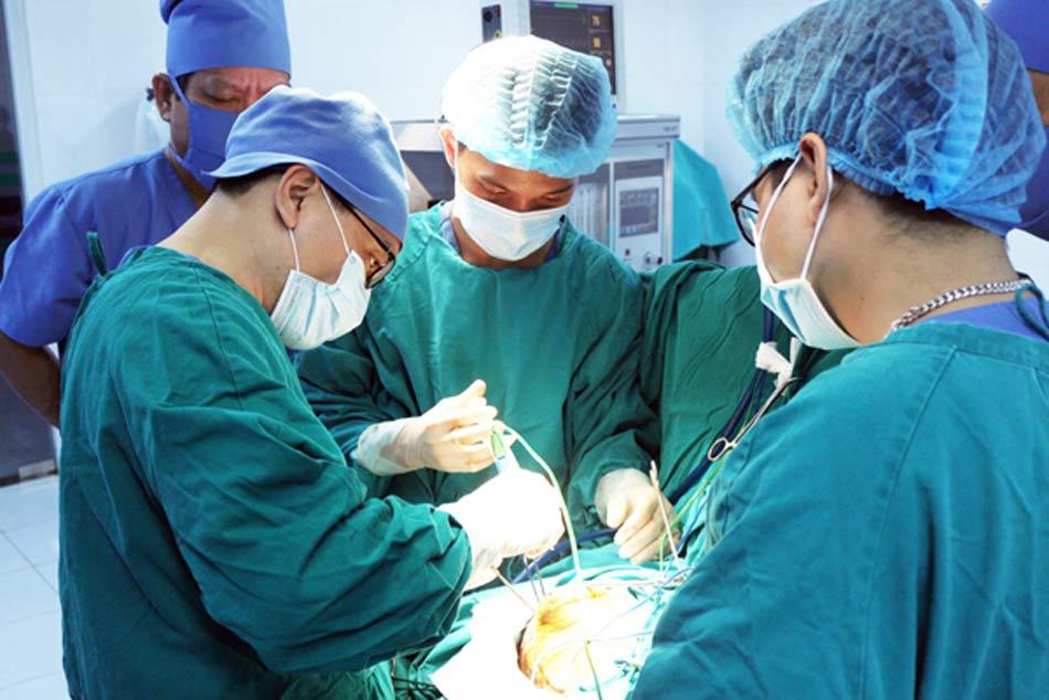 Một ca phẫu thuật đơn giản với các bác sĩ bệnh viện