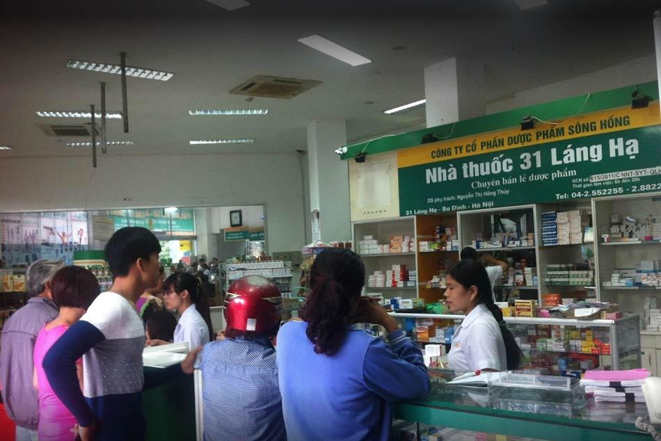 Khách hàng chờ nhân viên siêu thị thuốc tư vấn