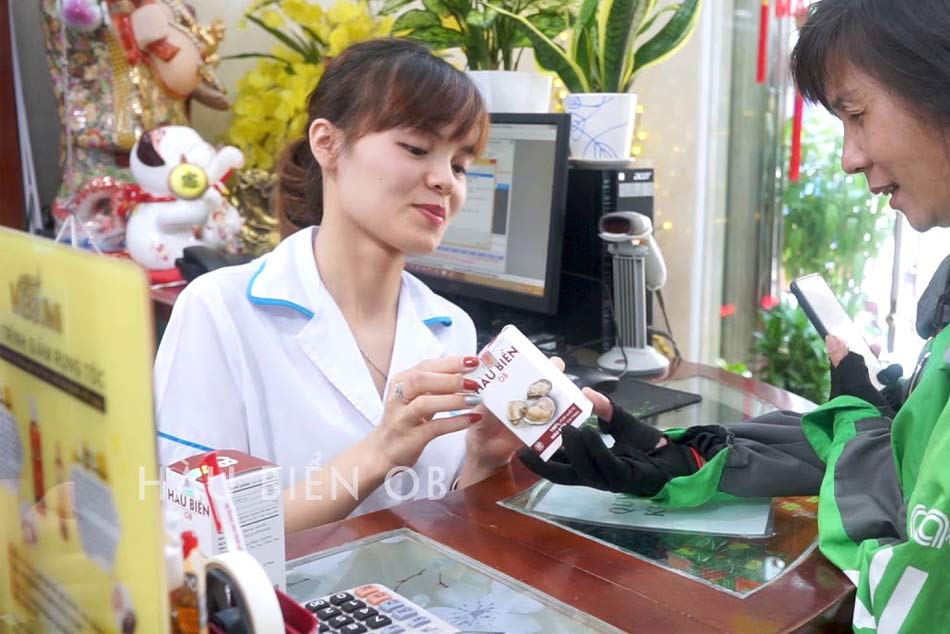 Nhân viên tư vấn cách sử dụng sản phẩm Hàu Biển OB