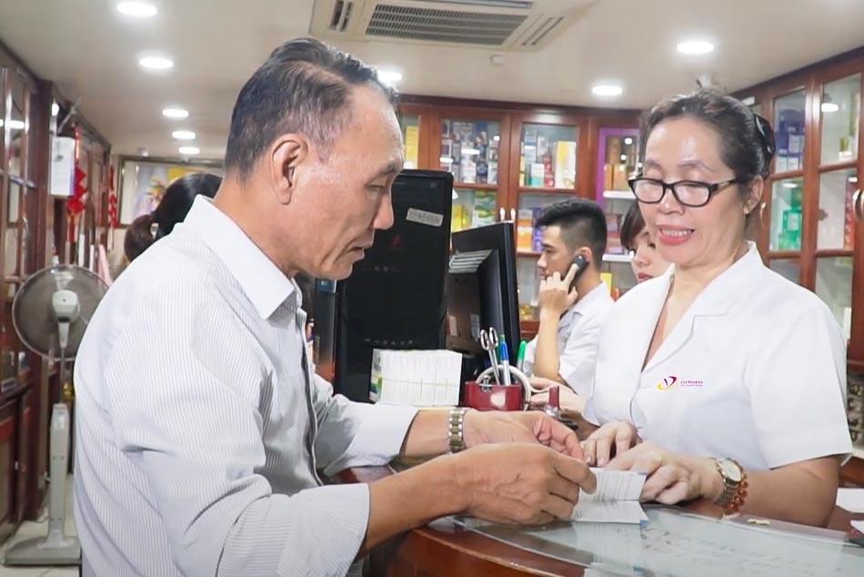 Dược sĩ Phương tư vấn cho khách hàng cách sử dụng thuốc
