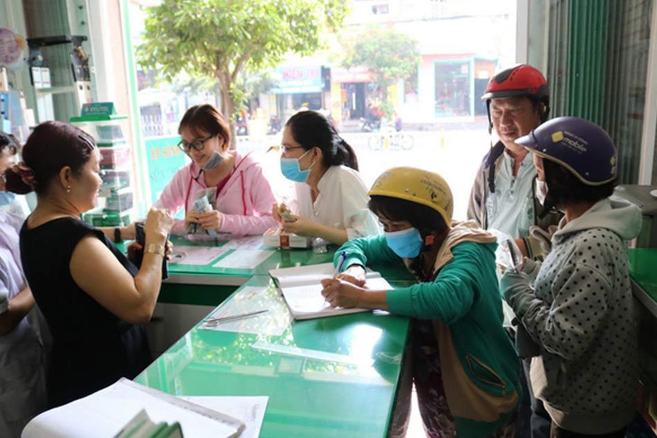 Một buổi sáng đông khách của nhà thuốc Việt