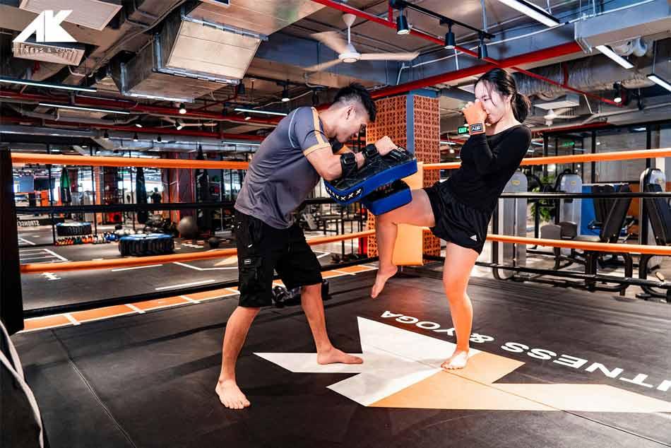 Huấn luyện viên cùng học viên tập luyện Kickboxing