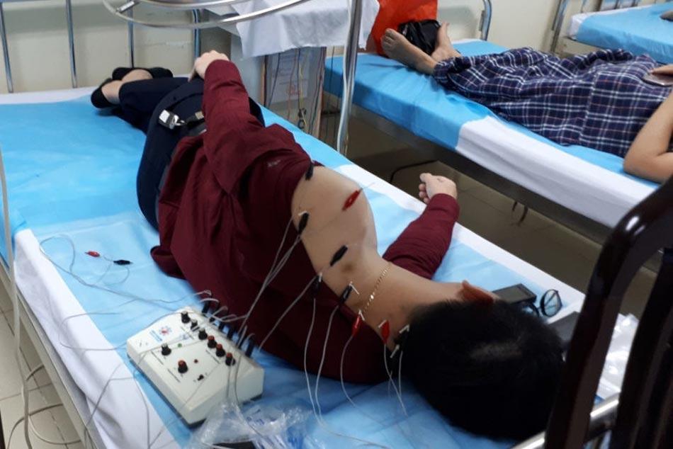 Bệnh nhân đang được sử dụng phương pháp châm cứu để chữa bệnh