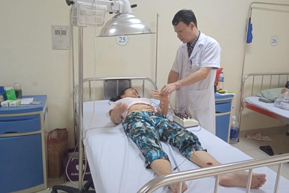Bác sĩ chăm sóc bệnh nhân điều trị