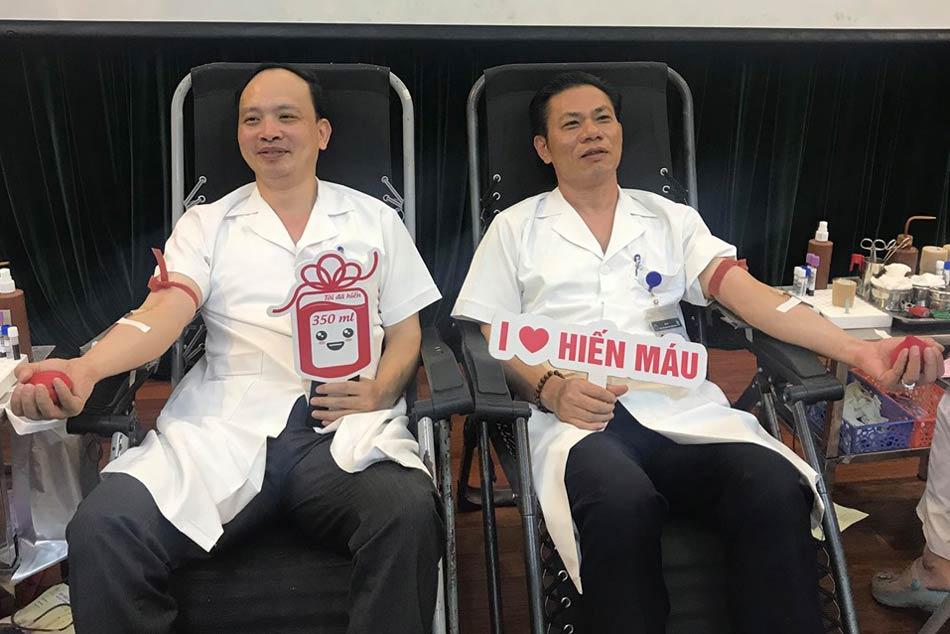 Bác sĩ bệnh viện châm cứu Trung ương tham gia hiến máu