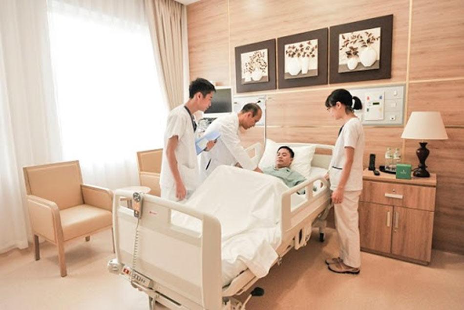 Đội ngũ nhân viên y tế chăm sóc bệnh nhân