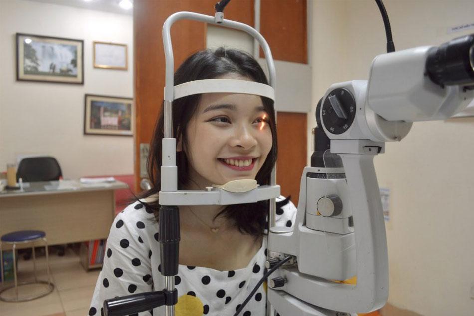 Khám tổng quan mắt cho bệnh nhân