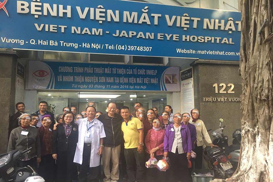 Bệnh viện Mắt Việt Nhật cùng những người dân khám bệnh
