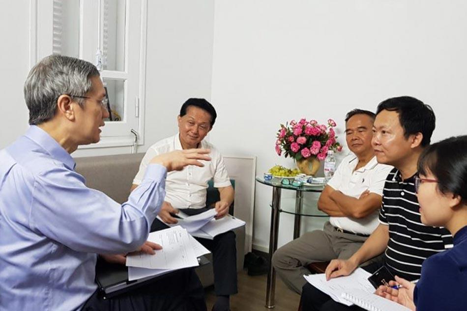 Bác sĩ tham gia tư vấn các dịch vụ cho người bệnh