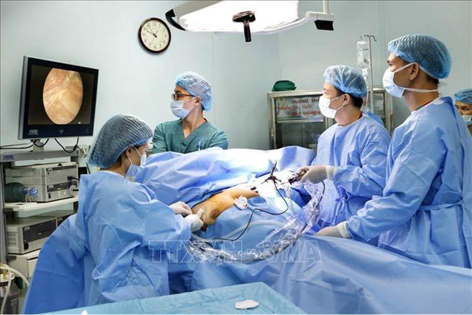 Các bác sĩ thực hiện ca mổ nội soi