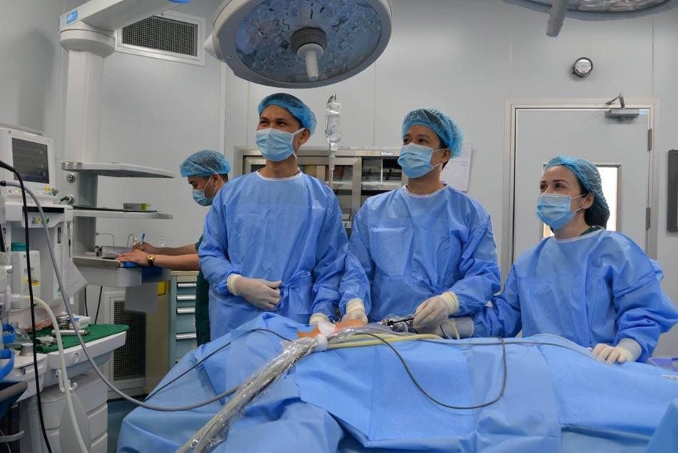 Các bác sĩ đang hướng dẫn thực hiện kỹ thuật nội soi